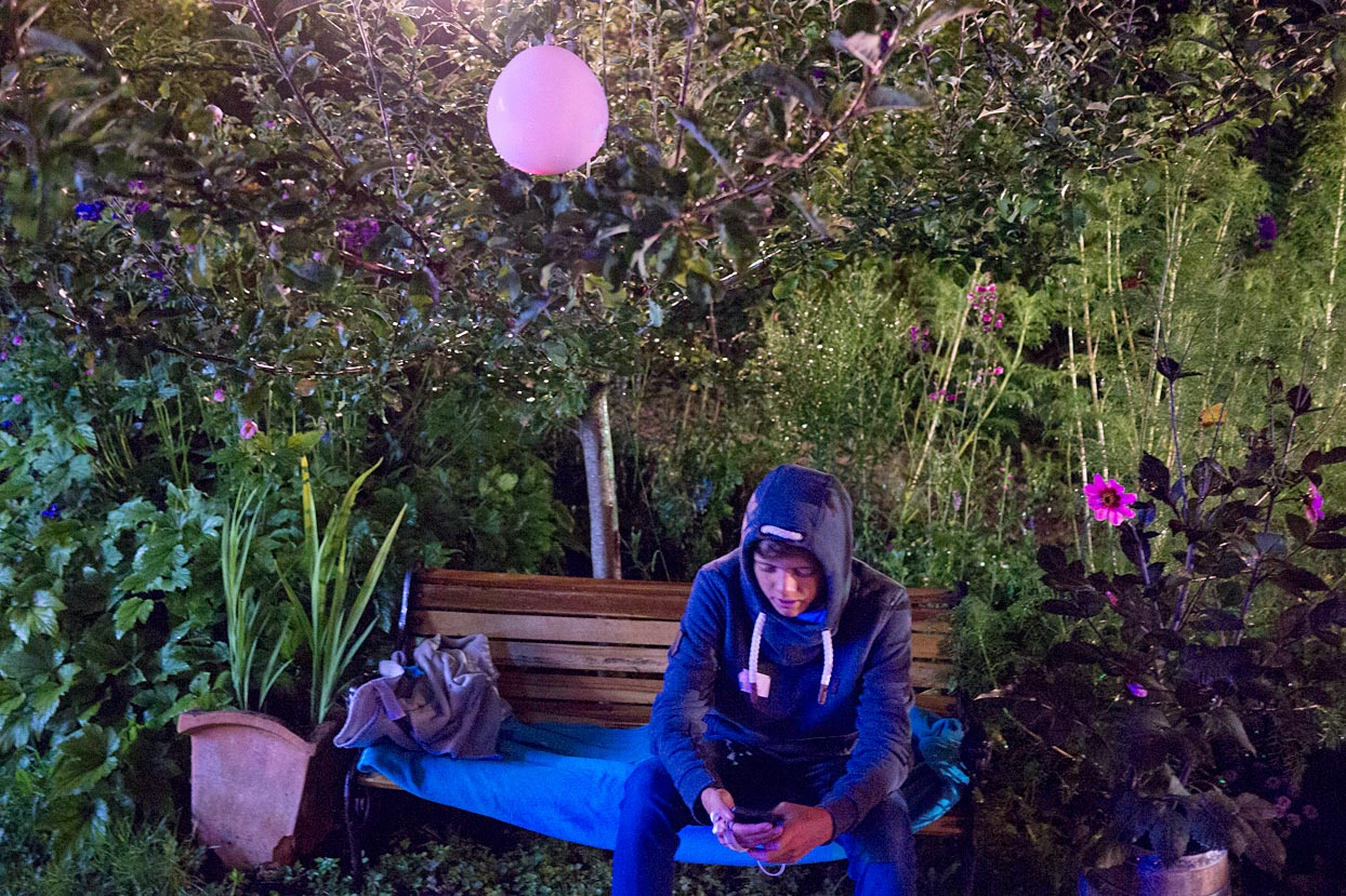 Junge Luftballon Gartenbank