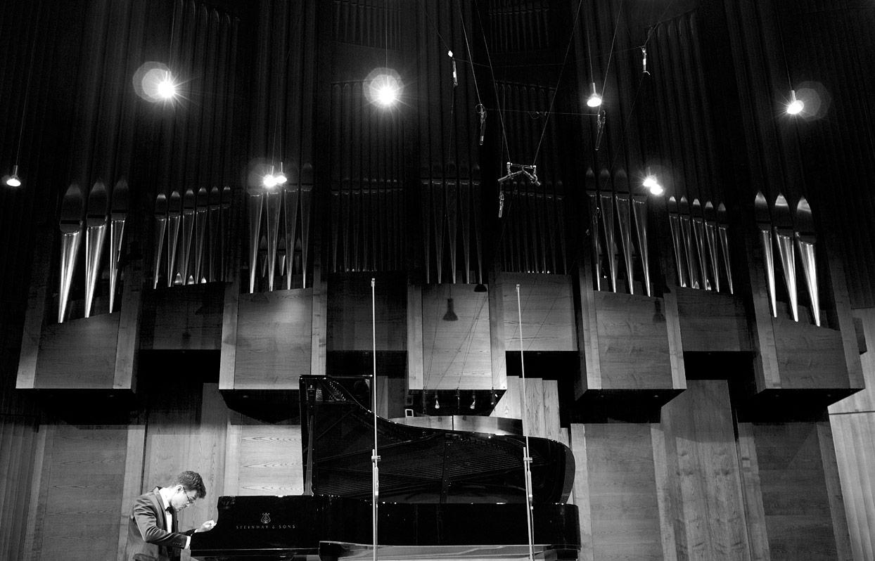 Pianist an Flügel vor Orgel